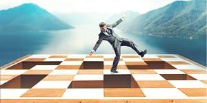 Ziele im Leben erreichen - Lebensziele erreichen - Mann auf Schachbrett vor Bergpanorama